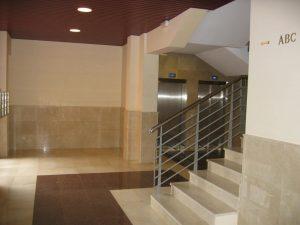 pintura de portal en Bilbao y escalera comunitaria