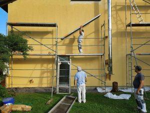 realizando trabajo de pintura de fachadas en Bilbao