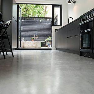 aplicacion en suelo de cocina de micro-cemento en Bilbao