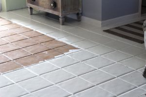 pintando baldosas suelo