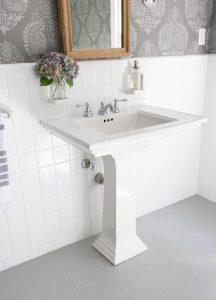 Resultado final pintado de azulejos y baldosas del baño.